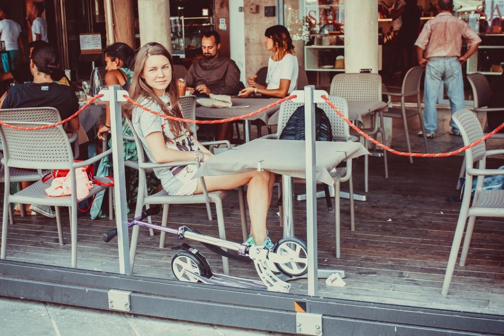 Девушка в кафе.jpg
